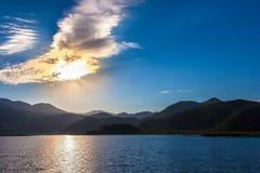 Słońce promienie robią ich sposobowi przez chmur i gór Skadar Lak obrazy stock