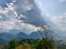 Słońce promienie spada na górach zdjęcie royalty free