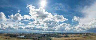 Słońce promienie w chmurnym niebie obraz royalty free