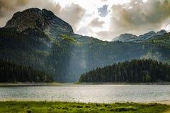 Słońce promienie z górami w tle i jeziorze Fotografia Royalty Free