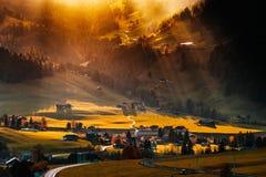 Słońce promienieje oświetlenie i spada puszek przez chmur li Obraz Royalty Free