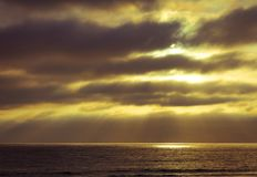 Słońce Promieniuje przez chmury i tworzy oceanu światło reflektorów obraz royalty free