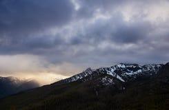 Słońce przerwy nad Siedem diabłów szczytami fotografia stock