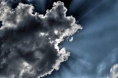 Słońce przerwy przez chmury zdjęcia stock