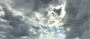 Słońce przez chmur Fotografia Royalty Free