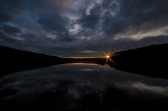 Słońce przy rzeką Fotografia Royalty Free