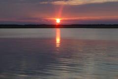 Słońce Przy Zmierzch jeziorem zdjęcia royalty free