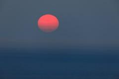 Słońce przy zmierzchem i morzem Obrazy Stock
