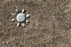 Słońce robić z kamieniami na piasku Zdjęcie Royalty Free