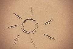 Słońce rysunek na plażowym piasku Zdjęcia Royalty Free