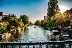 Słońce sety na Amsterdam kanale zdjęcia stock