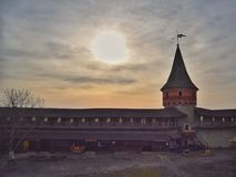 Słońce shinning nad kasztelem w Ukraine zdjęcie stock