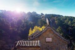 Słońce shinning nad zegarka wierza Mutianyu sekcja wielki mur Chiny, otaczający roślinnością pod a obrazy royalty free