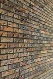 Słońce spogląda z ściana z cegieł z wrażeniami daje mię tekstury tłu Zdjęcia Stock