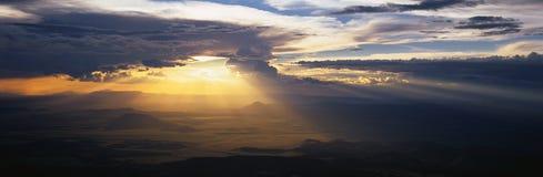 Słońce target537_0_ przez ciemnych chmur Fotografia Royalty Free