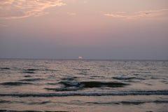 Słońce tonie w wodę Zdjęcie Stock