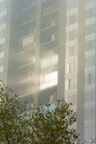 Słońce uderza okno miejski dom w wczesnym mor Obrazy Royalty Free