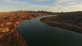 Słońce ustawia na łódkowatym chodzeniu zestrzela Kolorado rzekę zbiory wideo
