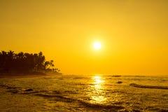 Słońce Ustawia Na horyzoncie Przy zmierzchem Wschód słońca Nad morzem Lub oceanem Zdjęcie Stock