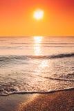 Słońce Ustawia Na horyzoncie Przy zmierzchu wschodem słońca Nad morzem Lub oceanem Zdjęcia Royalty Free
