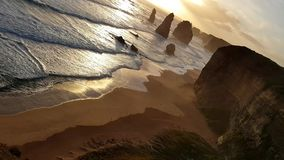Słońce ustawia na morzu przy sławnymi Dwanaście apostołami na Wielkiej ocean drodze w Australia zdjęcie wideo