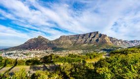 Słońce ustawia nad Kapsztad, Stołową górą, diabła szczytem i Dwanaście apostołami, zdjęcie royalty free