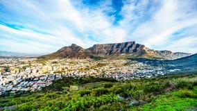 Słońce ustawia nad Kapsztad, Stołowa góra, diabły Osiąga szczyt, lew głowa i Dwanaście apostołów Zdjęcie Stock