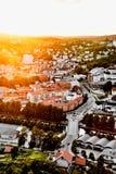 Słońce ustawia nad tradycyjnym Norweskim sąsiedztwem Widok nad pięknym miastem w Norwegia z dużo domy i ulicy podczas su Obraz Stock