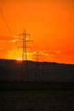Położenia słońce nad wysoką woltaż siatką Zdjęcia Royalty Free