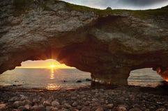 Słońce ustawia nad zachodnim wybrzeżem wodołaz & labrador zdjęcie royalty free