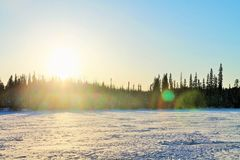 Słońce Ustawia Nad Zamarzniętym jeziorem Obraz Stock