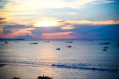 Słońce ustawiający przy Pattaya plażą Zdjęcie Stock