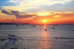 Słońce ustawiający przy Pattaya plażą Obraz Stock