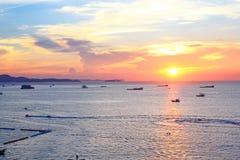Słońce ustawiający przy Pattaya plażą w Mrocznym czasie Obrazy Stock
