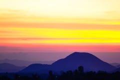 Słońce ustawiający wśród góry Zdjęcie Stock