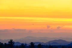 Słońce ustawiający wśród góry Fotografia Royalty Free