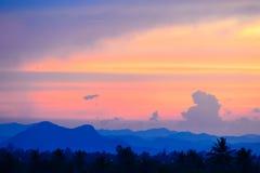 Słońce ustawiający wśród góry Obraz Stock