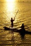 Słońce ustawiający z wodniactwo Zdjęcia Royalty Free