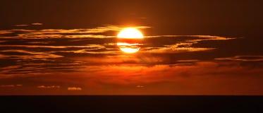 Słońce Wśliznie w morze Zdjęcia Royalty Free