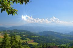 Słońce w chmurze w ręce jak, lato krajobraz Obrazy Royalty Free