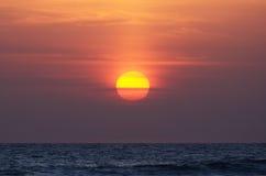 Słońce w niebie nad oceanem, zmierzch Fotografia Stock