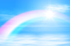 Słońce w niebo z tęczą Obrazy Stock