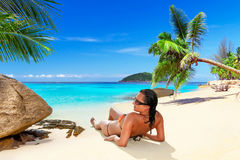 Słońce wakacje przy tropikalną plażą Zdjęcia Royalty Free