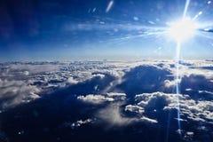 Słońce wybuch Nad duża wysokość Obłocznym bankiem obraz royalty free