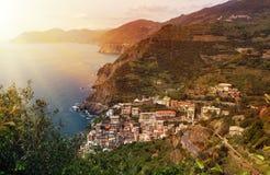 Słońce wybuch przy Monterosso al Kobyli Cinque Terre Włochy zdjęcia stock