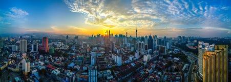 Słońce wzrasta między dwa budynkami zdjęcie royalty free