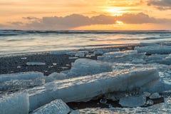 Słońce wzrasta nad Atlantyckim oceanem iluminuje sławnego Ic obraz stock
