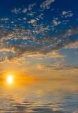 Słońce wzrasta nad chmurami i morzem Fotografia Stock