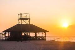 Słońce wzrasta nad domem morzem Obrazy Stock