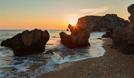 Słońce wzrasta nad morzem Azov na generał plaży Karalar regionalności krajobrazu park w Crimea Zdjęcie Stock